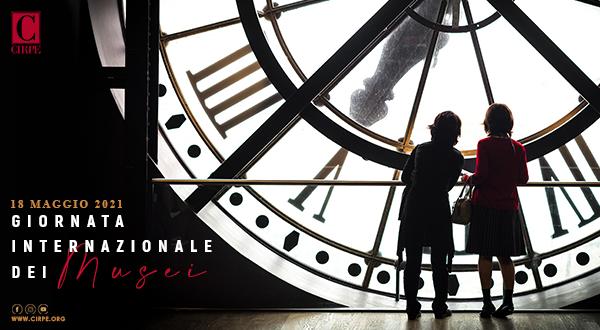 un bambino e una bambina con il cappottino rosso che guardano un orologio a pendolo antico gigante